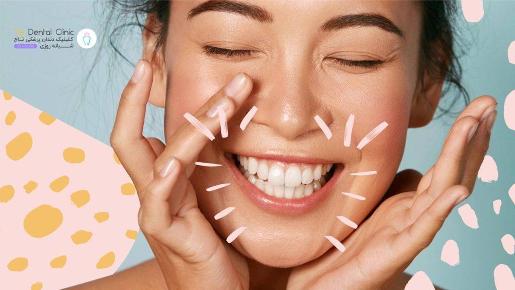 خانمی که بلیچینگ دندان انجام داده و در حال لبخند زدن است